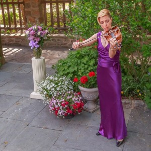 Violinist Sharon Gunderson joins UUS:E for its Good Friday service